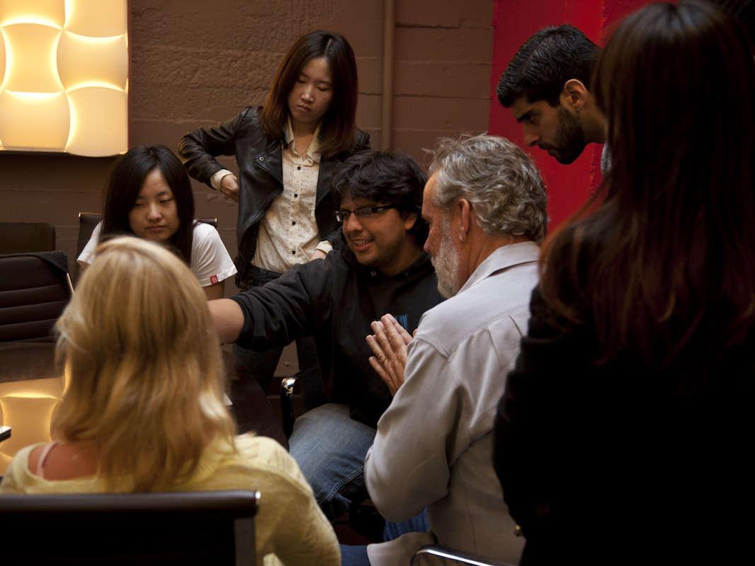 studentes gathered round instructor