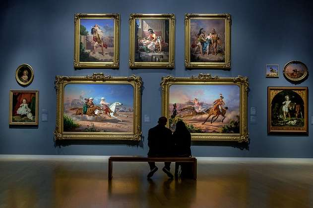 Couple in museum date